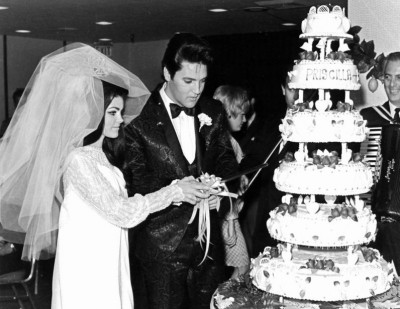 Elvis-Presley-and-Priscilla-cutting-their-wedding-cake-May-1-1967-400x309